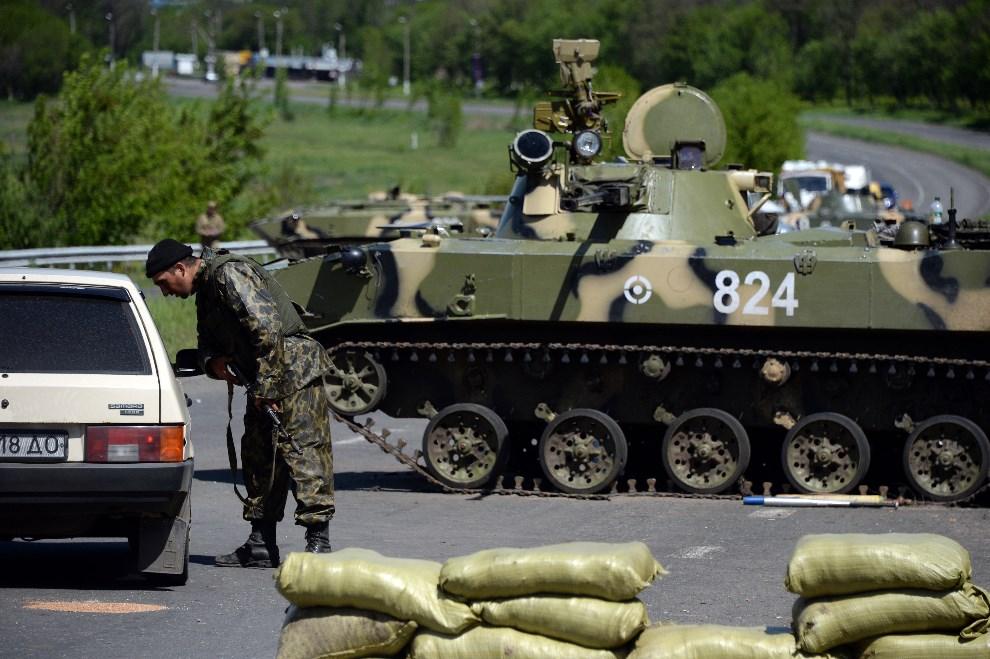 35.UKRAINA, Słowiańsk, 6 maja 2014: Ukraiński punkt kontrolny na drodze prowadzącej do Słowiańska. AFP PHOTO / VASILY MAXIMOV