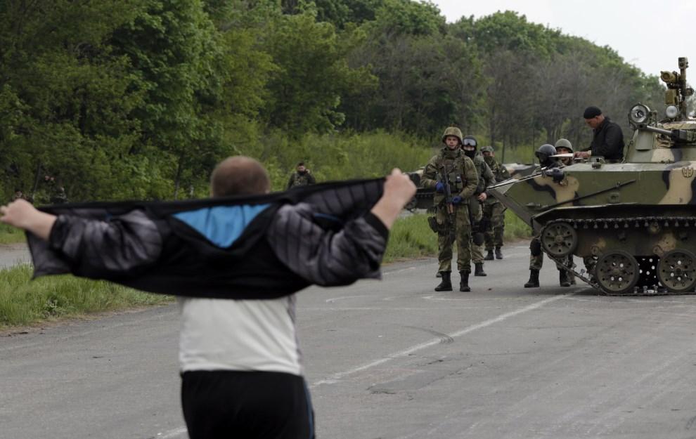 37.UKRAINA, Słowiańsk, 2 maja 2014: Mężczyzna zbliża się do ukraińskiego punktu kontrolnego. AFP PHOTO / MAX VETROV