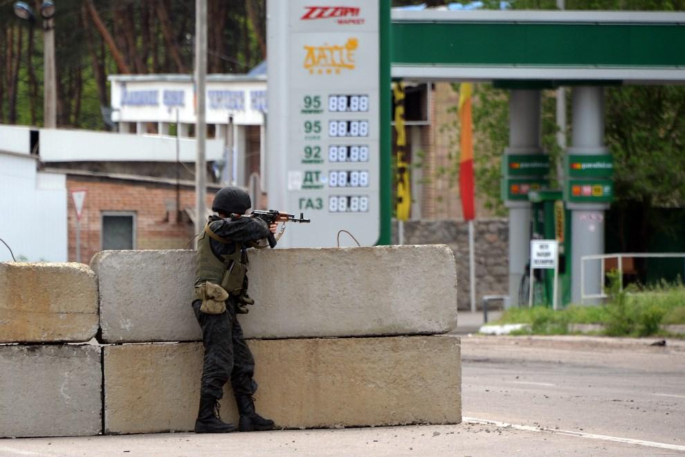 38.UKRAINA, Słowiańsk, 5 maja 2014: Ukraiński żołnierz na punkcie kontrolnym. AFP PHOTO / VASILY MAXIMOV