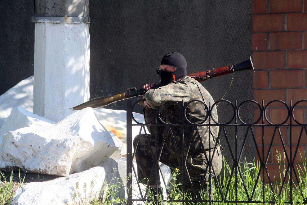 39.UKRAINA, Donieck, 6 maja 2014: Prorosyjski bojownik na ulicy w Doniecku. AFP PHOTO/ ALEXANDER KHUDOTEPLY