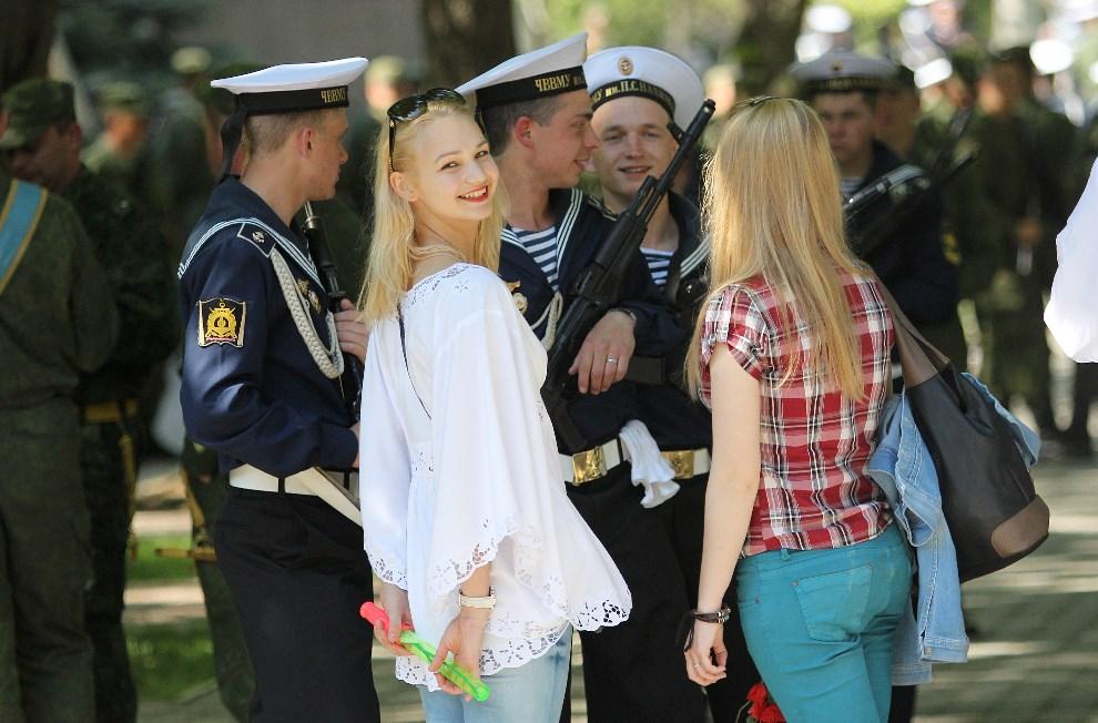 3.UKRAINA, Sewastopol, 2 maja 2014: Rosyjscy marynarze rozmawiają z dziewczynami po zakończeniu prób do parady z okazji Dnia Zwycięstwa. AFP PHOTO / YURI LASHOV