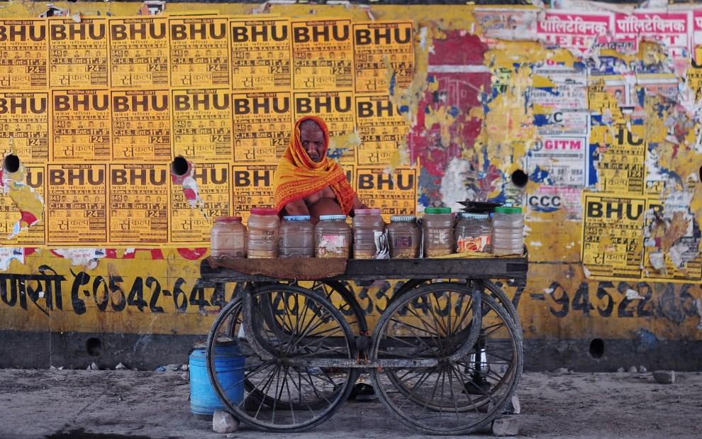 3.INDIE, Waranasi, 9 maja 2014: Uliczny sprzedawca czeka na klientów. AFP PHOTO/Roberto SCHMIDT