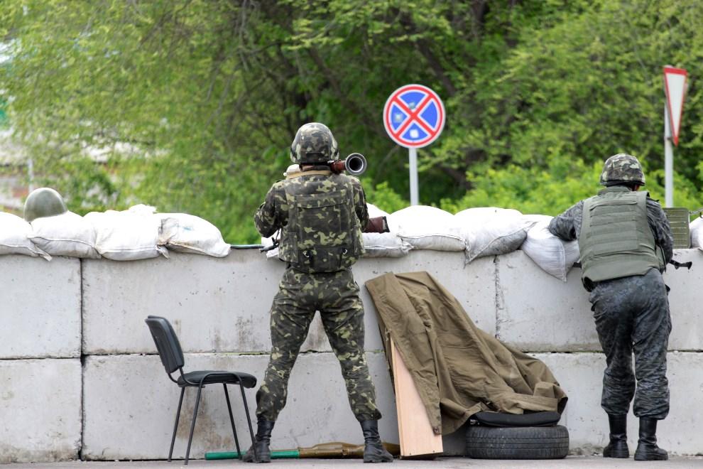 40.UKRAINA, Słowiańsk, 5 maja 2014: Ukraiński punkt kontrolny na drodze do Słowiańska. AFP PHOTO / SERGEY BOBOK