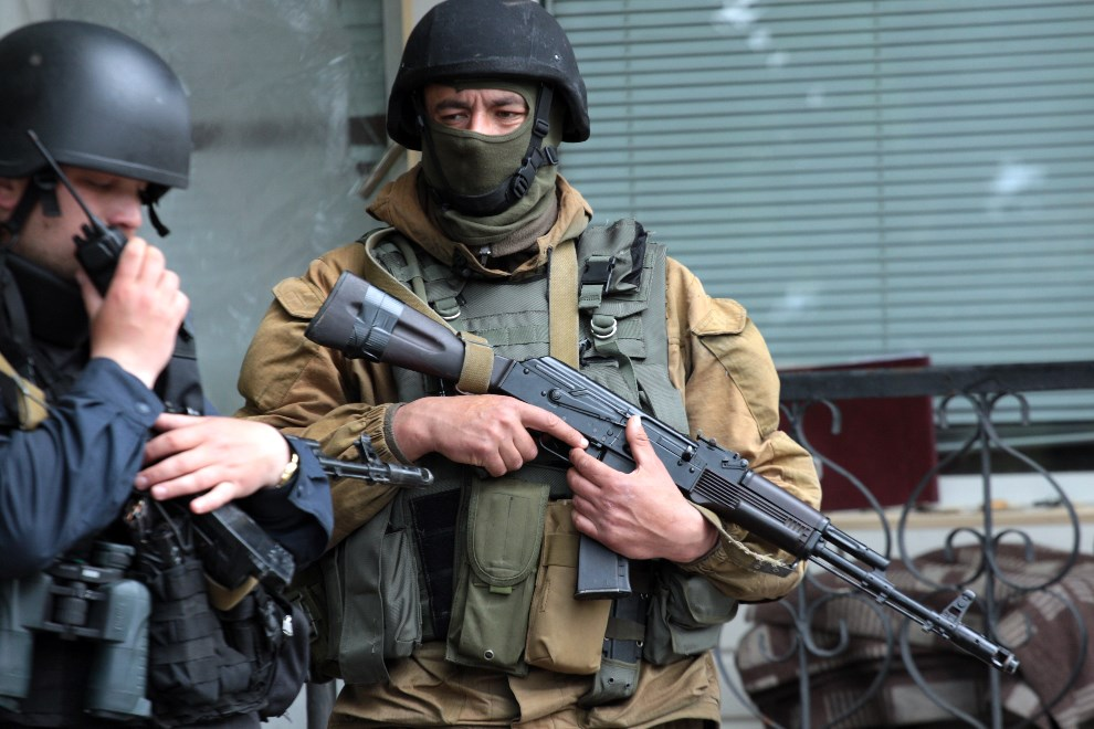 41.UKRAINA, Słowiańsk, 5 maja 2014: Ukraińscy żołnierze we wschodniej części miasta. AFP PHOTO / SERGEY BOBOK