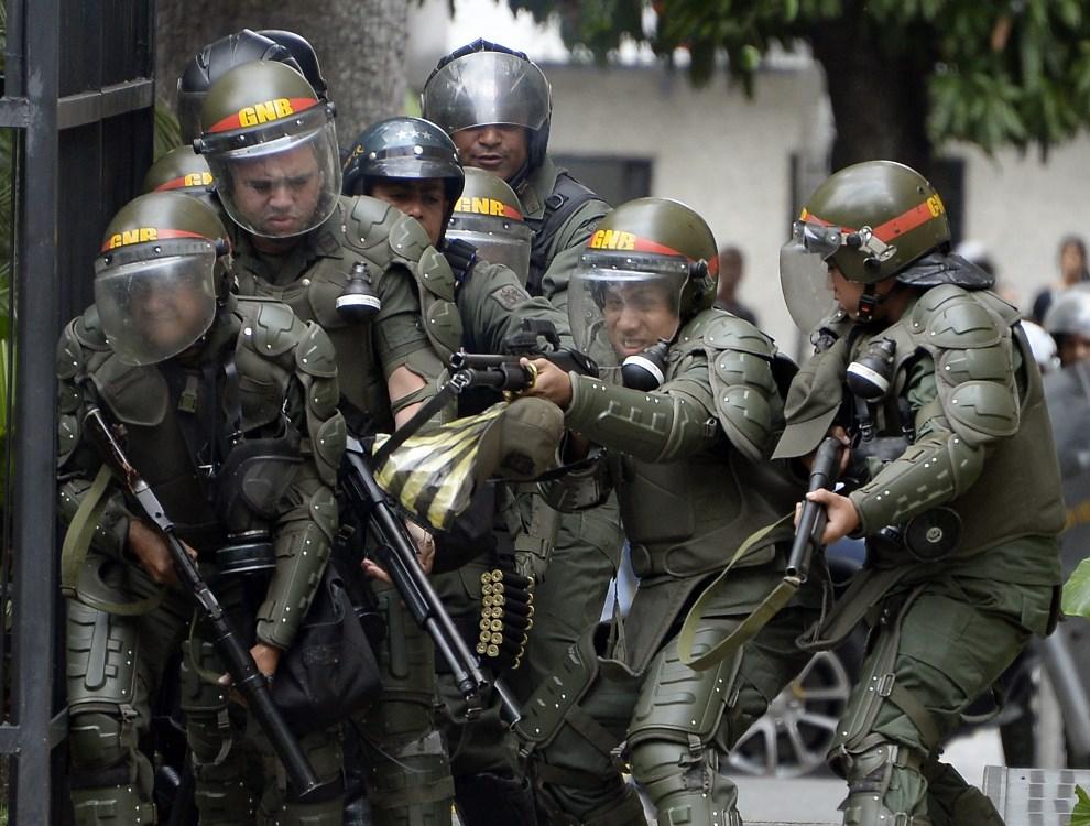 4.WENEZUELA, Caracas, 14 maja 2014: Gwardziści podczas starć z przeciwnikami rządu. AFP PHOTO/JUAN BARRETO