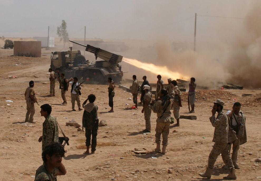4.JEMEN, Shabwa, 4 maja 2014: Jemeńscy żołnierze prowadzący ostrzał pozycji Al-Kaidy. AFP PHOTO / STR