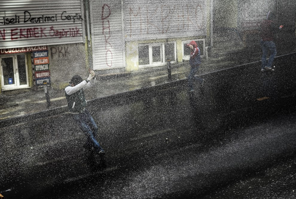 4.TURCJA, Stambuł, 22 maja 2014: Ludzie protestujący przeciw sytuacji w górnictwie, rozpędzani przez policję. AFP PHOTO / BULENT KILIC
