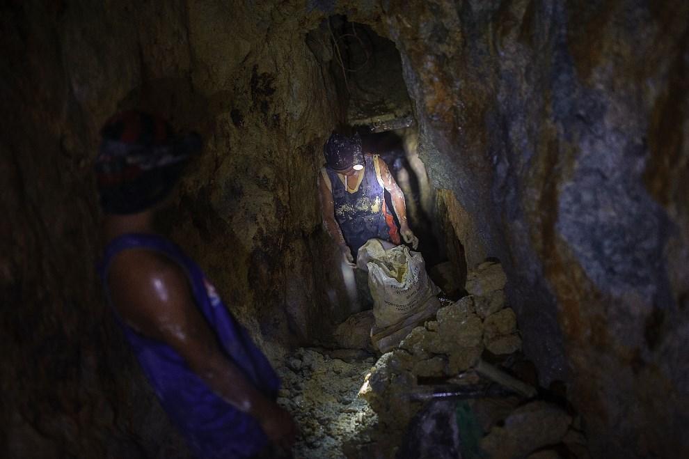 4.FILIPINY, Pinut-An, 22 kwietnia 2014: Worki z rudą przygotowywane do daleszej obróbki. (Foto: Luc Forsyth/Getty Images)