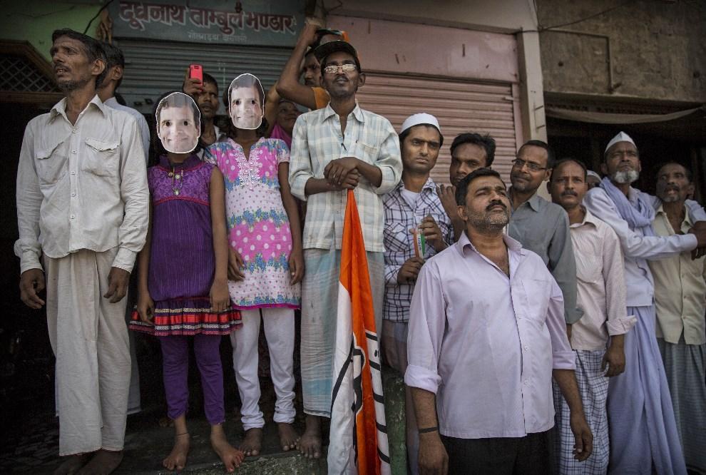 4.INDIE, Waranasi, 10 maja 2014: Zwolennicy Rahula Gandhi czekają na jego przybycie. (Foto: Kevin Frayer/Getty Images)