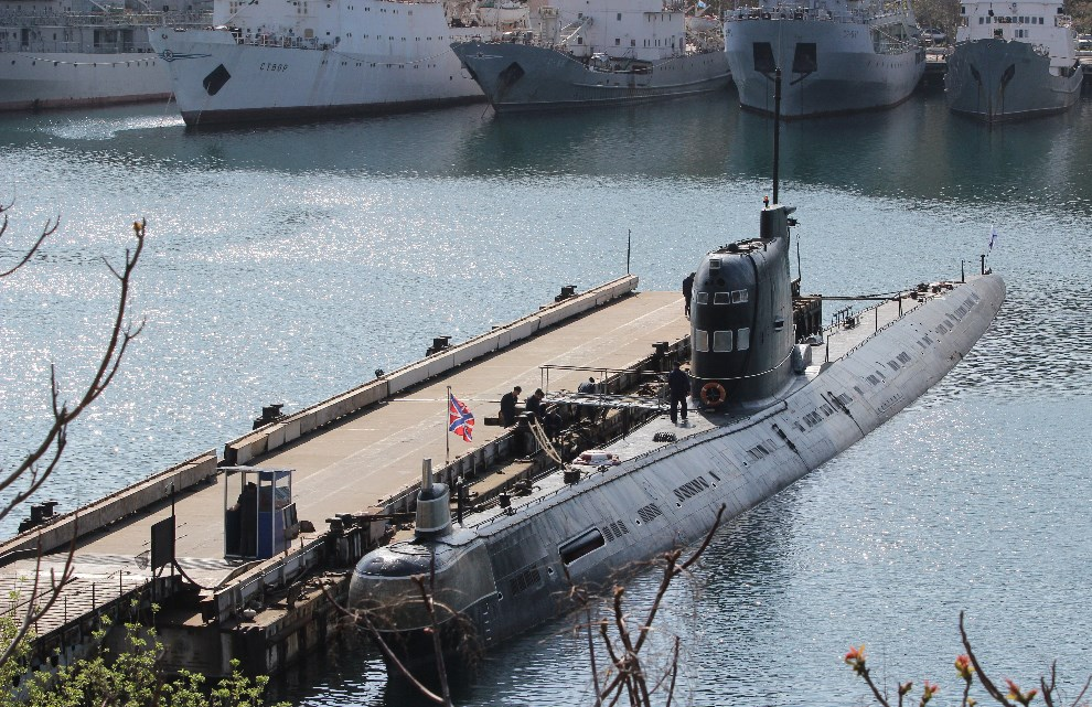 5.UKRAINA, Sewastopol, 17 kwietnia 2014: Rosyjski okręt podwodny w porcie. AFP PHOTO/ YURIY LASHOV
