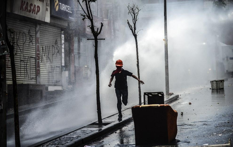 5.TURCJA, Stambuł, 22 maja 2014: Zamieszki z udziałem ludzi protestujących przeciw sytuacji w górnictwie. AFP PHOTO / BULENT KILIC