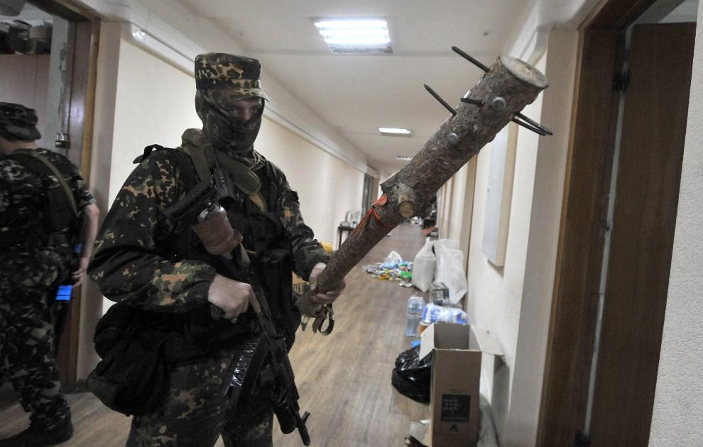 5.UKRAINA, Doniec, 29 maja 2014: Prorosyjski bojownik z oddziału Vostok. AFP PHOTO/ VIKTOR DRACHEV