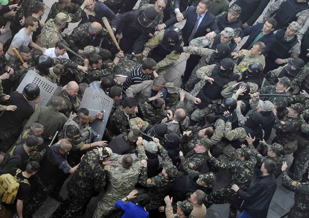 6.UKRAINA, Kijów, 30 kwietnia 2014: Starcie policji z oddziałem prorosyjskim przed budynkiem parlamentu. AFP PHOTO / PRIME MINISTER PRESS OFFICE / ANDREW   KRAVCHENKO