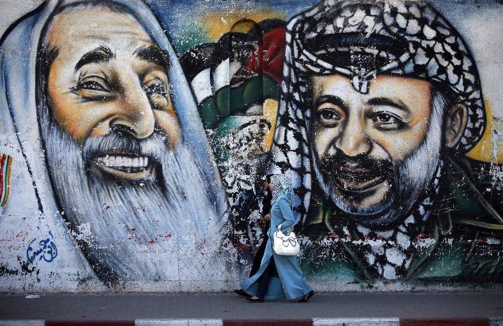 6.STREFA GAZY, 4 maja 2014: Mural z podobizną szejka Ahmeda Jasina i  Jasira Arafata. AFP PHOTO / THOMAS COEX