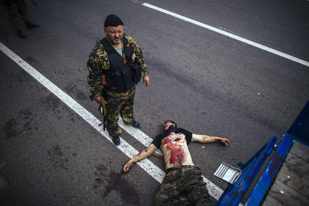 6.UKRAINA, Donieck, 23 maja 2014: Prorosyjski bojownik zabity w trakcie walk w Doniecku. AFP PHOTO / DIMITAR DILKOFF