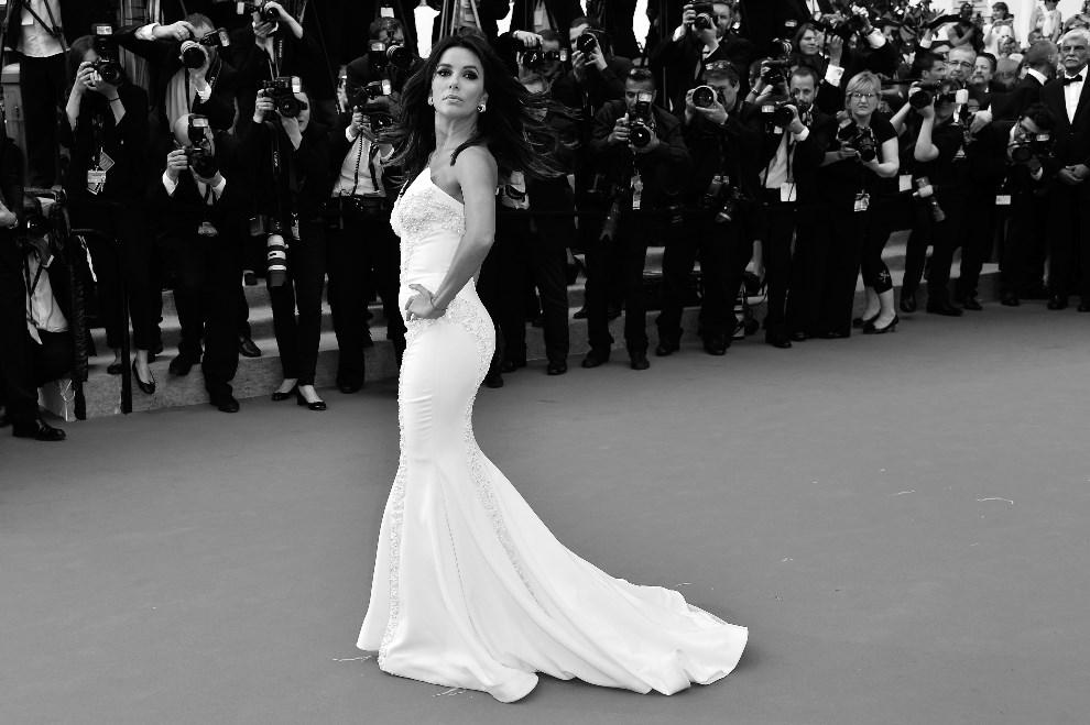 "6.FRANCJA, Cannes, 17 maja 2014: Eva Longoria przybywa na premierę filmu ""Saint-Laurent"". AFP PHOTO / ALBERTO PIZZOLI"