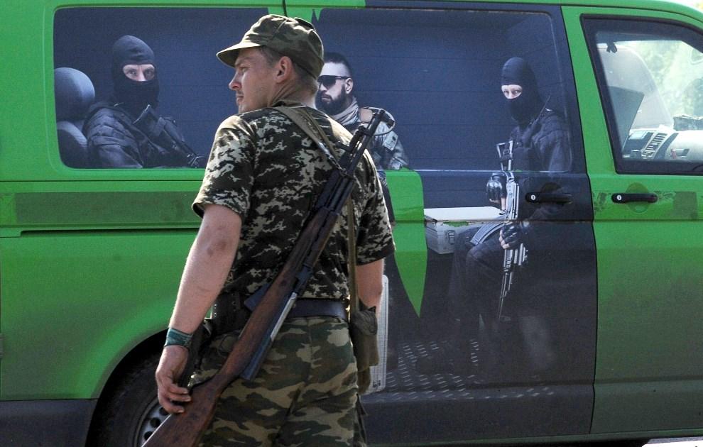 7.UKRAINA, Senionowka, 26 maja 2014: Furgonetka przechwycona przez prorosyjskich bojowników. AFP PHOTO/ VIKTOR DRACHEV