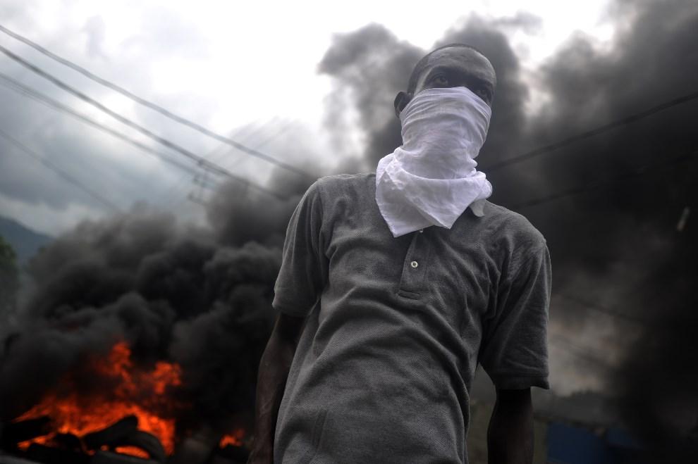 7.HAITI, Port-Au-Prince, 14 maja 2014: Uczestnik antyrządowych protestów wzywających do ustąpienia prezydenta Michela Martelly'ego. AFP PHOTO/Hector   RETAMAL