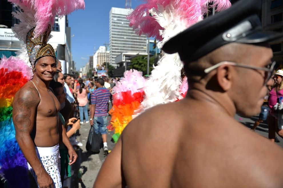 7.BRAZYLIA, Sao Paulo, 4 maja 2014: Ludzie bawiący się podczas Gay Pride Parade. AFP PHOTO/Nelson ALMEIDA