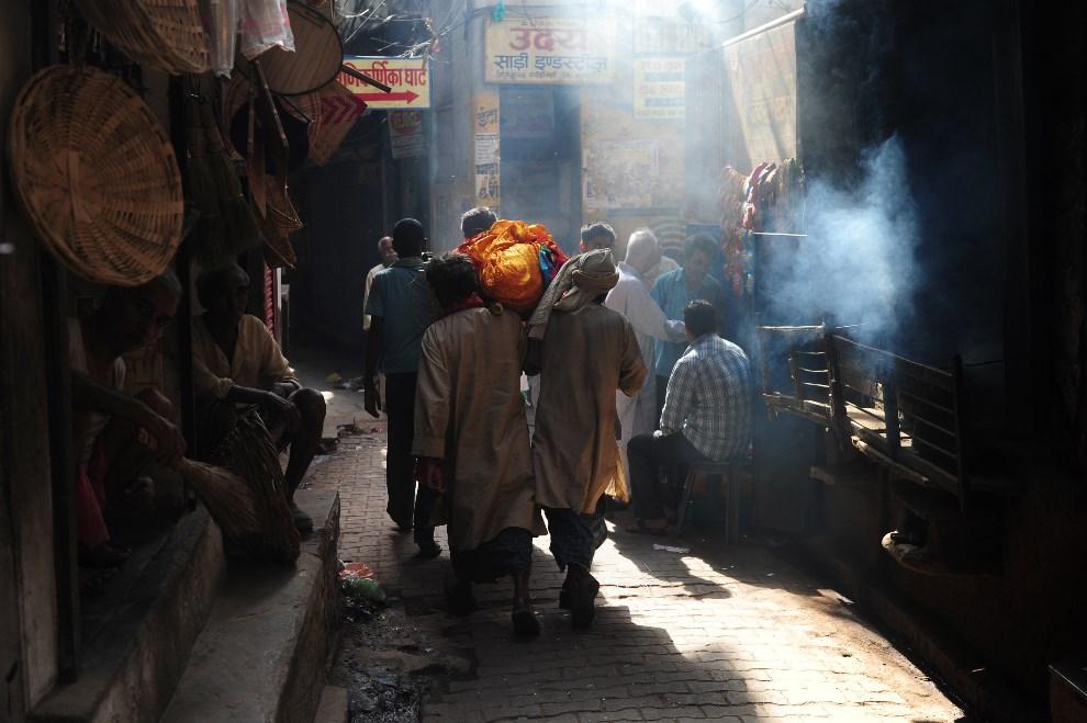 8.INDIE, Waranasi, 11 maja 2014: Mężczyźni niosący ciało zmarłego krewnego. AFP PHOTO/ROBERTO SCHMIDT