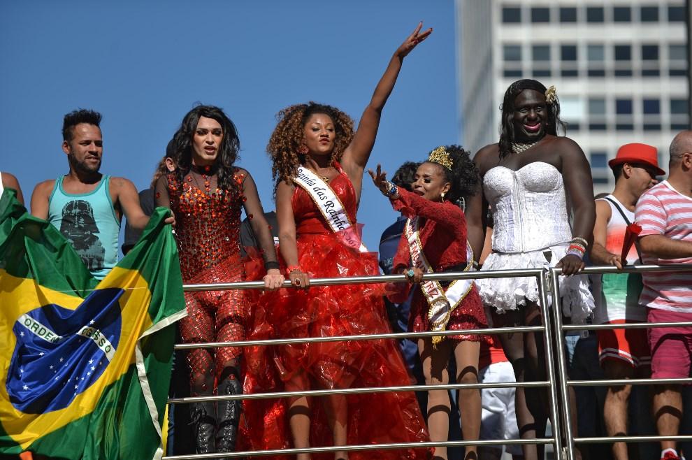 8.BRAZYLIA, Sao Paulo, 4 maja 2014: Platforma z uczestnikami  Gay Pride Parade. AFP PHOTO/Nelson ALMEIDA