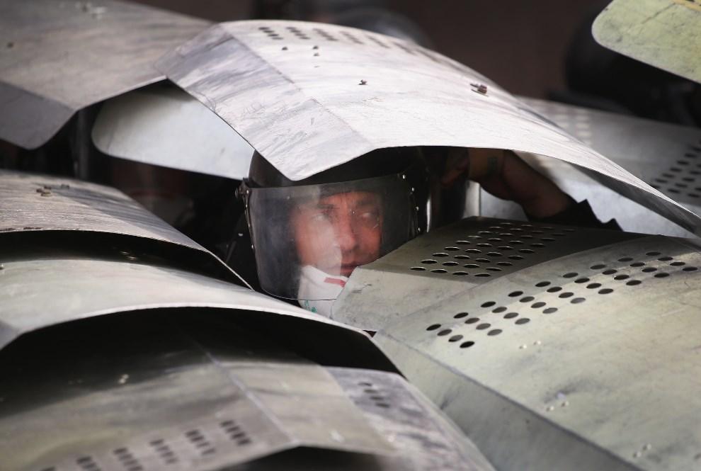 8.UKRAINA, Donieck, 1 maja 2014: Jeden z policjantów zabezpieczających biuro prokuratora generalnego. (Foto: Scott Olson/Getty Images)