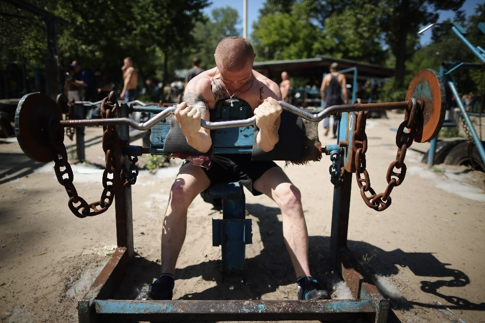 8.UKRAINA, Kijów, 22 maja 2014: Mężczyzna ćwiczący w siłowni na świeżym powietrzu. (Foto: Dan Kitwood/Getty Images)