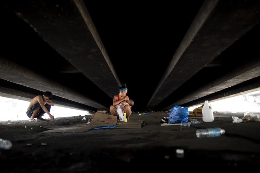 9.FILIPINY, Manila, 29 maja 2014: Bezdomna rodzina odpoczywająca pod wiaduktem. AFP PHOTO/NOEL CELIS