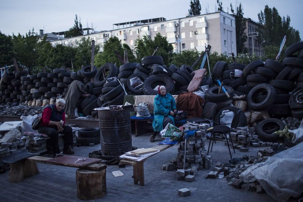 9.UKRAINA, Donieck, 14 maja 2014: Rosyjscy aktywiści na barykadzie przed budynkiem lokalnej administracji. AFP PHOTO / FABIO BUCCIARELLI