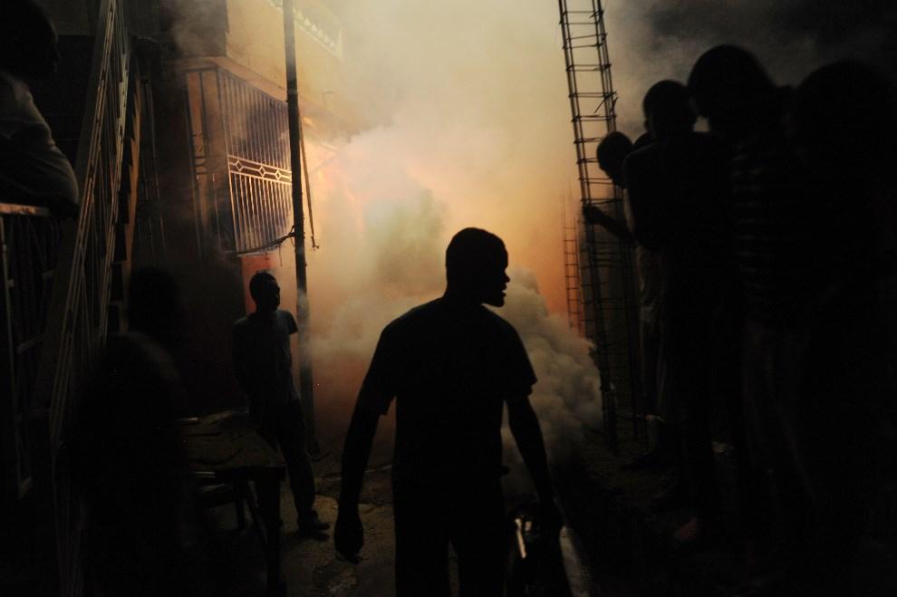 9.HAITI, Port-Au-Prince, 21 maja 2014: Akcja dezynfekcyjna w dzielnicy Petion Ville. AFP PHOTO / Hector RETAMAL