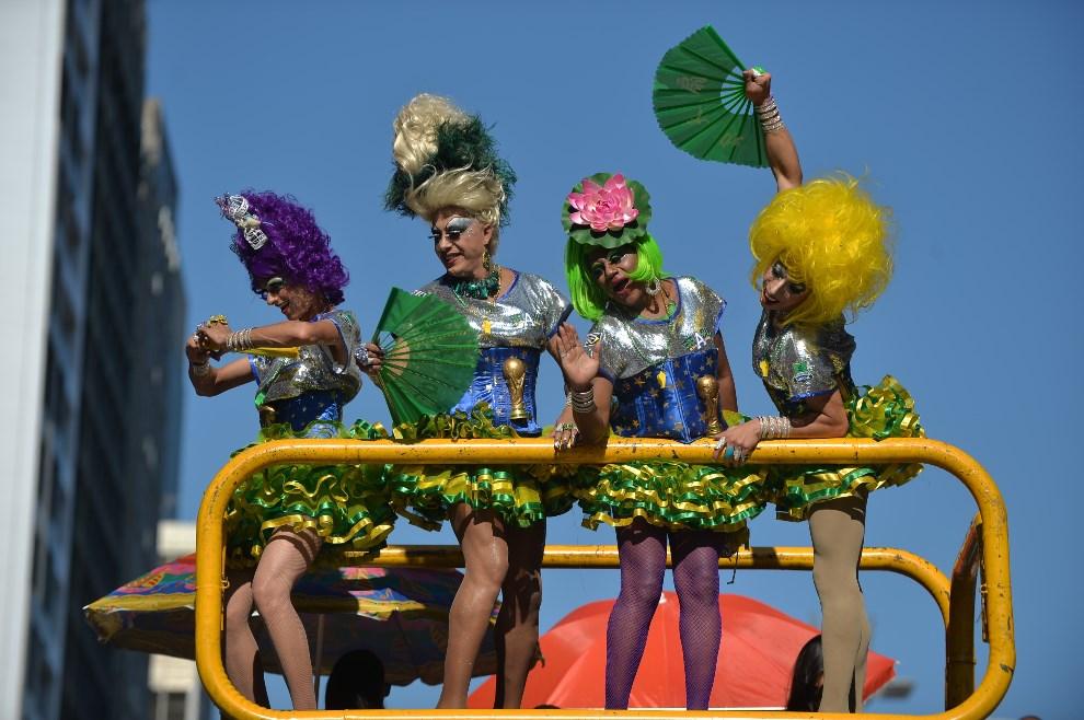 9.BRAZYLIA, Sao Paulo, 4 maja 2014: Uczestnicy Gay Pride Parade w Sao Paulo. AFP PHOTO/Nelson ALMEIDA