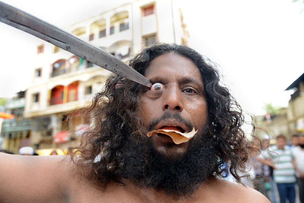 9.INDIE, Ahmedabad, 5 maja 2014: Mastan Hasanali Rafai podczas procesji ku czci Hazrata Pir Mehmuda Shah Bukhariego. AFP PHOTO / Sam PANTHAKY