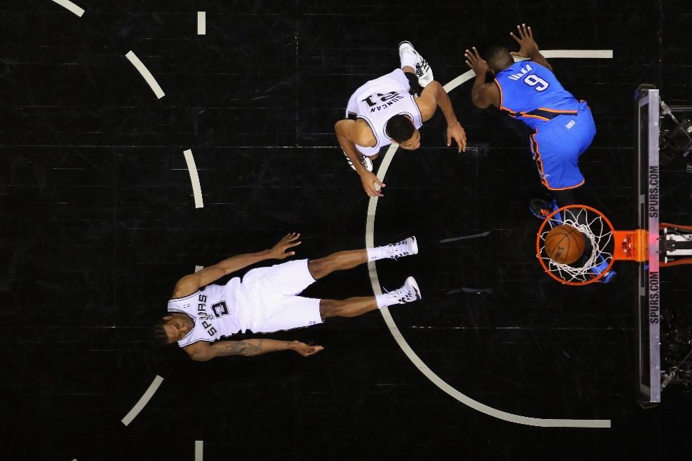 10.USA, San Antonio, 29 maja 2014: Walka na parkiecie NBA w piąty meczu Konferencji Zachodniej, między zespołami San Antonio Spurs i Oklahoma City Thunder.   Martinez/Getty Images/AFP