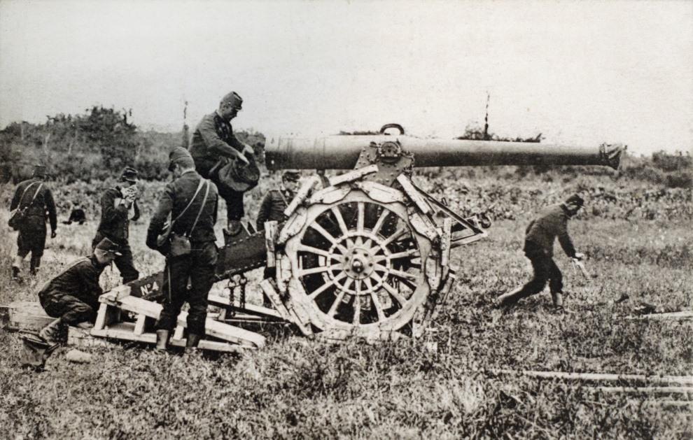 10.FRANCJA: Francuska załoga obsługująca haubice 155 mm Rimailho. AFP PHOTO