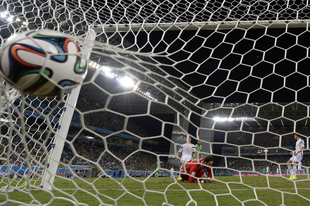 10.BRAZYLIA, Cuiabám 21 czerwca 2014: Bramkarz Bośni I Hercegowiny, Asmir Begovic, puszcza bramkę w meczu z Nigerią. AFP PHOTO / JUAN BARRETO