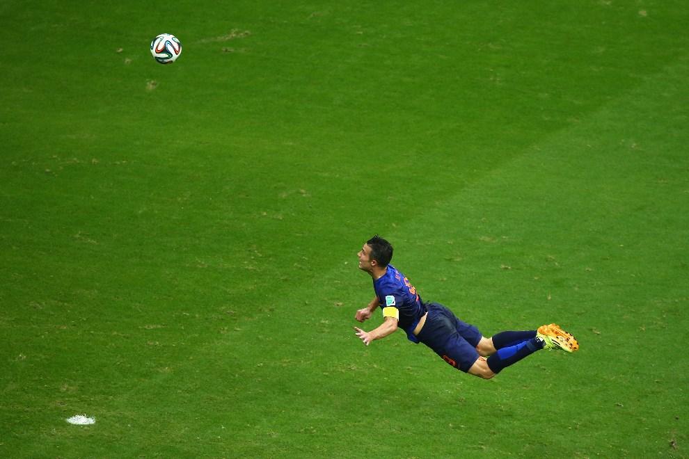 10.BRAZYLIA, Salvador, 13 czerwca 2014: Robin van Persie zdobywa pierwszą bramkę w meczu z Hiszpanią. (Foto: Jeff Gross/Getty Images)