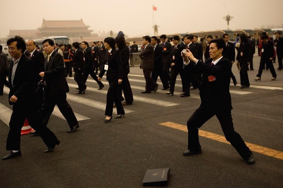 10.CHINY, Pekin, 18 marca 2008: Delegaci partyjni przechodzą przez plac Tiananmen. (Foto: Feng Li/Getty Images)