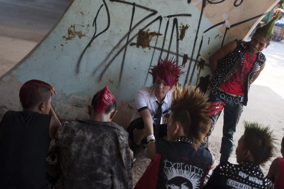 11.MJANMA, Rangun, 12 kwietnia 2014: Grupa punków bawiących się podczas festiwalu Songkran. AFP PHOTO / YE AUNG THU