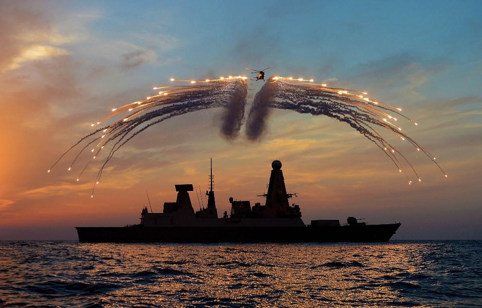 11.WIELKA BRYTANIA, Portsmouth, 30 maja 2014: Lynx Mk8 unoszący się nad niszczycielem HMS Dragon. AFP PHOTO / CROWN COPYRIGHT / MOD 2014 /DAVE JENKINS