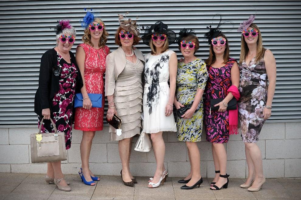 """11.WIELKA BRYTANIA, Epsom, 6 czerwca 2014: Uczestniczki """"Ladies Day"""" podczas derbów Epsom. AFP PHOTO / CARL COURT"""