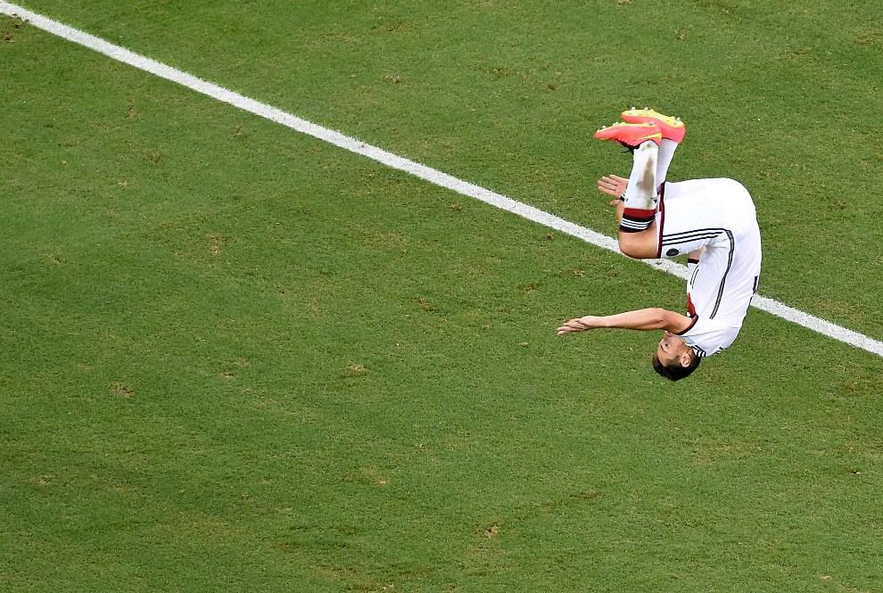 11.BRAZYLIA, Fortaleza, 21 czerwca 2014: Miroslav Klose cieszy się ze zdobytego gola w meczu z Ghaną. AFP PHOTO/ POOL/ FRANCOIS XAVIER MARIT