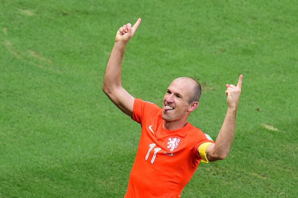 11. BRAZYLIA, Fortaleza, 29 czerwca 2014: Arjen Robben cieszy się z awansu do dalszych rozgrywek, po wygranym meczu z Meksykiem. AFP PHOTO/ JAVIER SORIANO