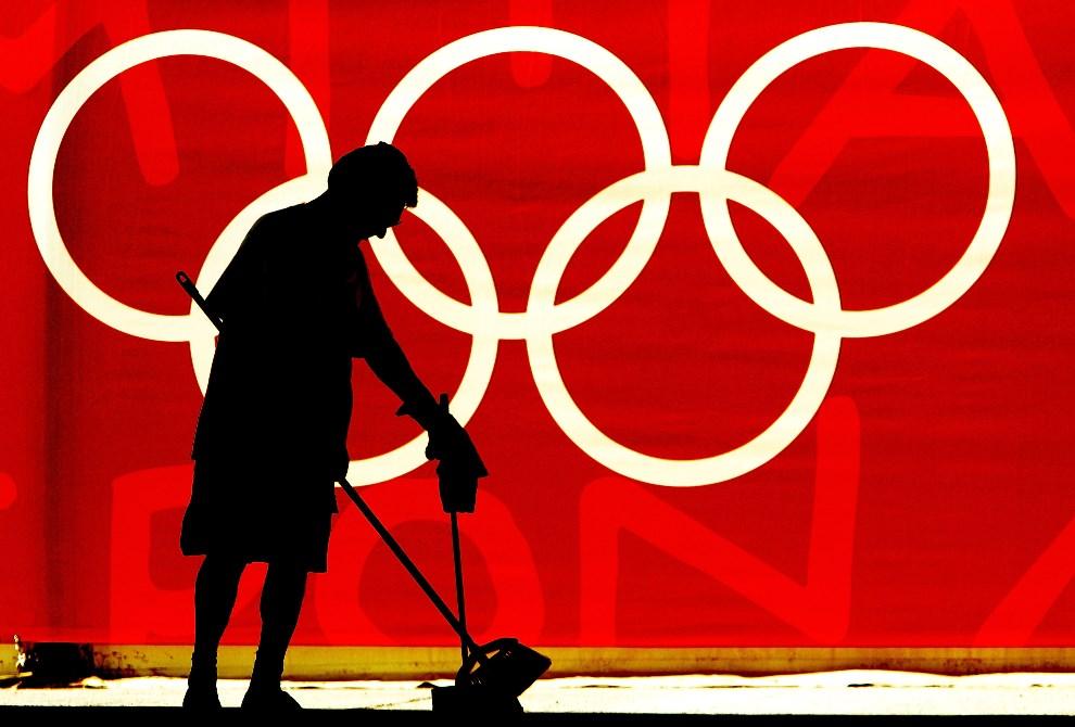 11.GRECJA, Ateny, 11 sierpnia 2004: Sprzątaczka na tle 5 kół olimpijksich. (Foto: Ian Waldie/Getty Images)