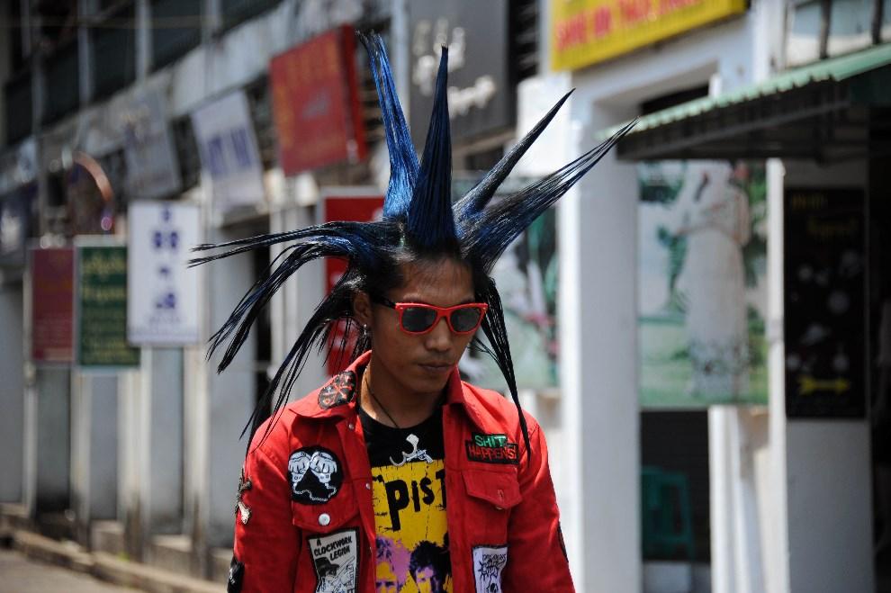 12.MJANMA, Rangun, 12 kwietnia 2011: Mężczyzna w pobliżu targu Bogyoke. AFP PHOTO/ SOE THAN WIN