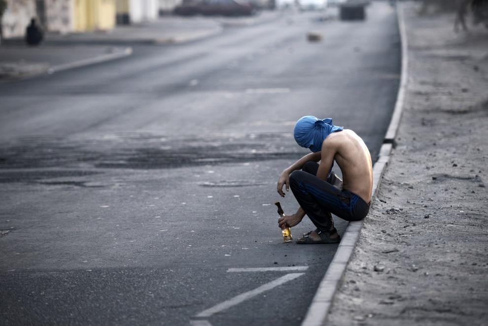 12.BAHRAJN, Daih, 19 czerwca 2014: Chłopak z koktajlem Mołotowa. AFP PHOTO/MOHAMMED AL-SHAIKH