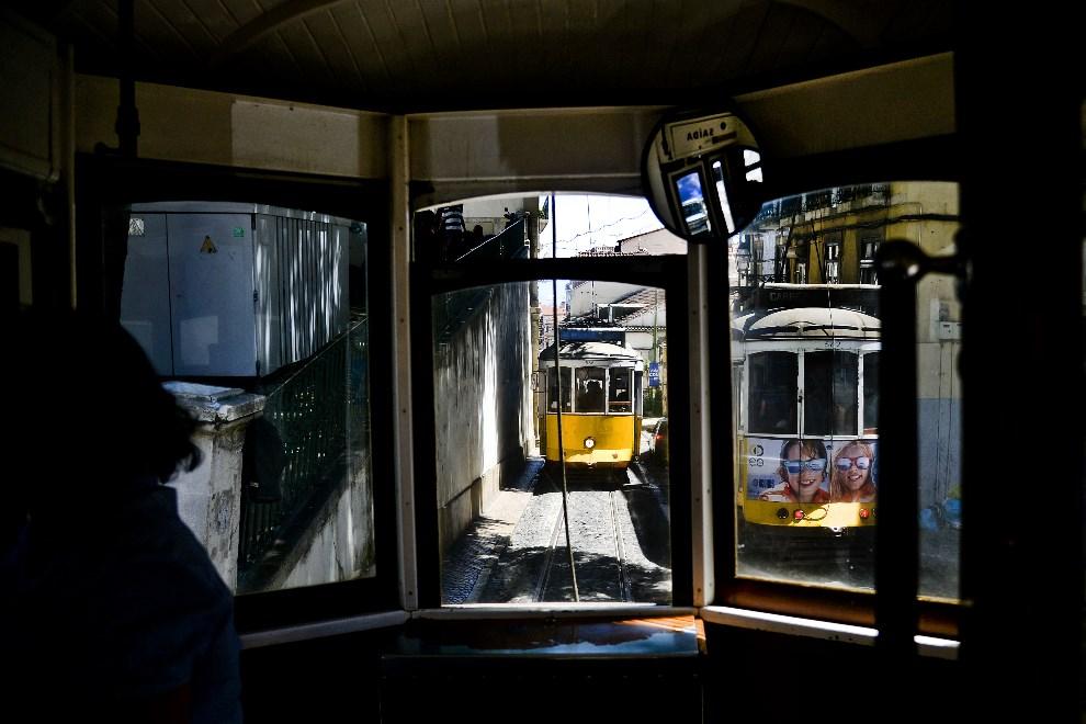 12.PORTUGALIA, Lizbona, 11 czerwca 2014: Ulica w Lizbonie. AFP PHOTO / PATRICIA DE MELO MOREIRA