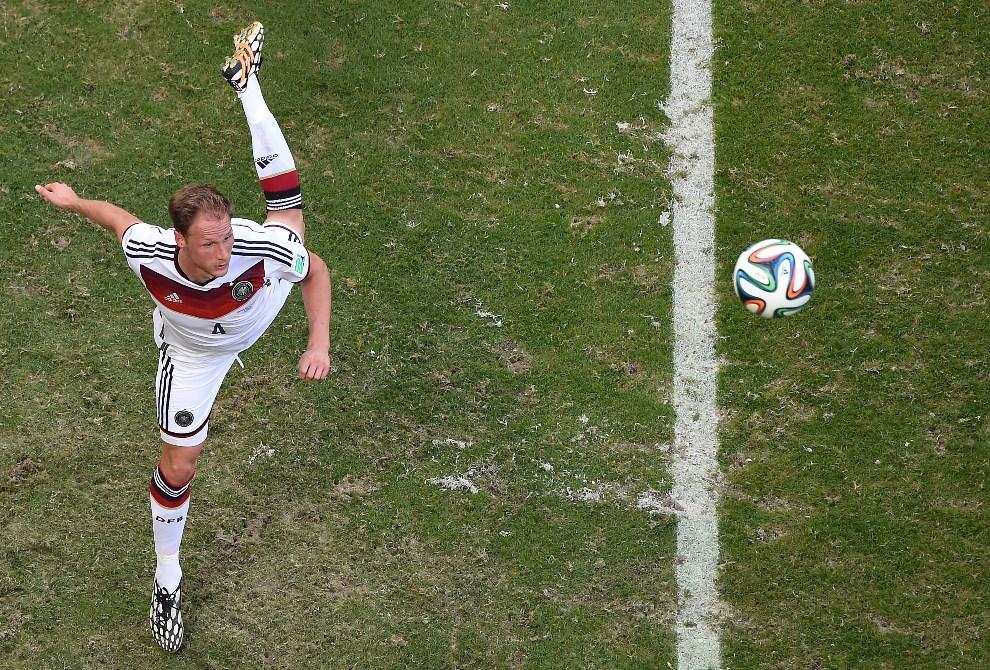 12.BRAZYLIA, Salvador, 16 czerwca 2014: Benedikt Hoewedes stara się przyjąć piłkę. AFP PHOTO / FRANCOIS XAVIER MARIT/POOL