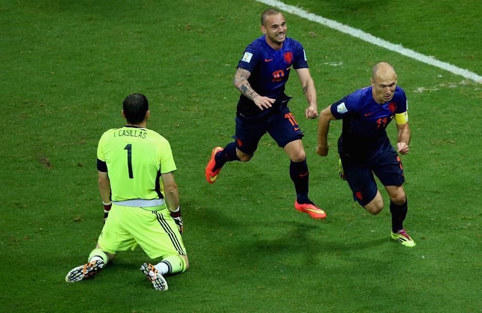 12.BRAZYLIA, Salvador, 13 czerwca 2014: Arjen Robben i klęczący Iker Casillas, po kolejnej bramce dla Holandii. (Foto: Jeff Gross/Getty Images)