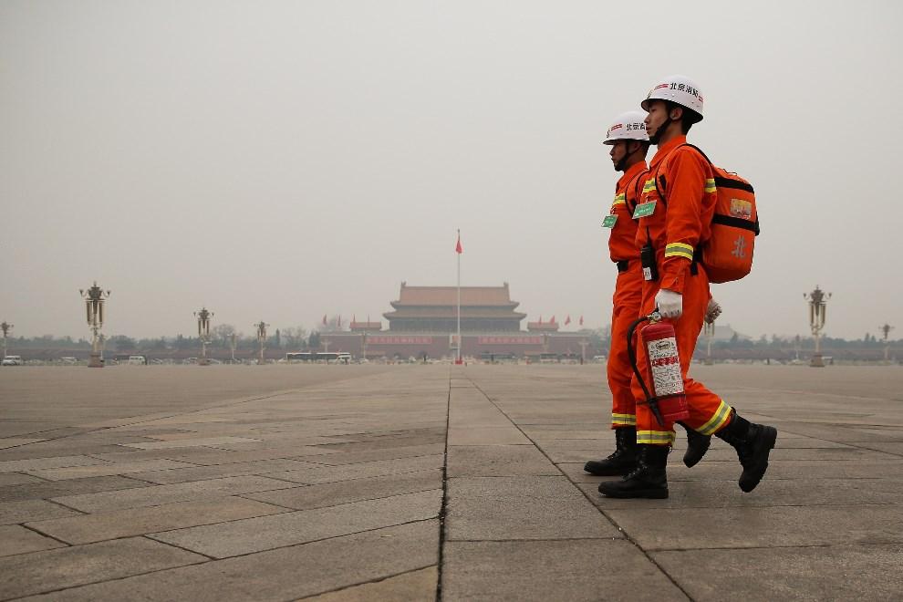 12.CHINY, Pekin, 3 marca 2014: Strażacy na placu Tiananmen. (Foto: Lintao Zhang/Getty Images)
