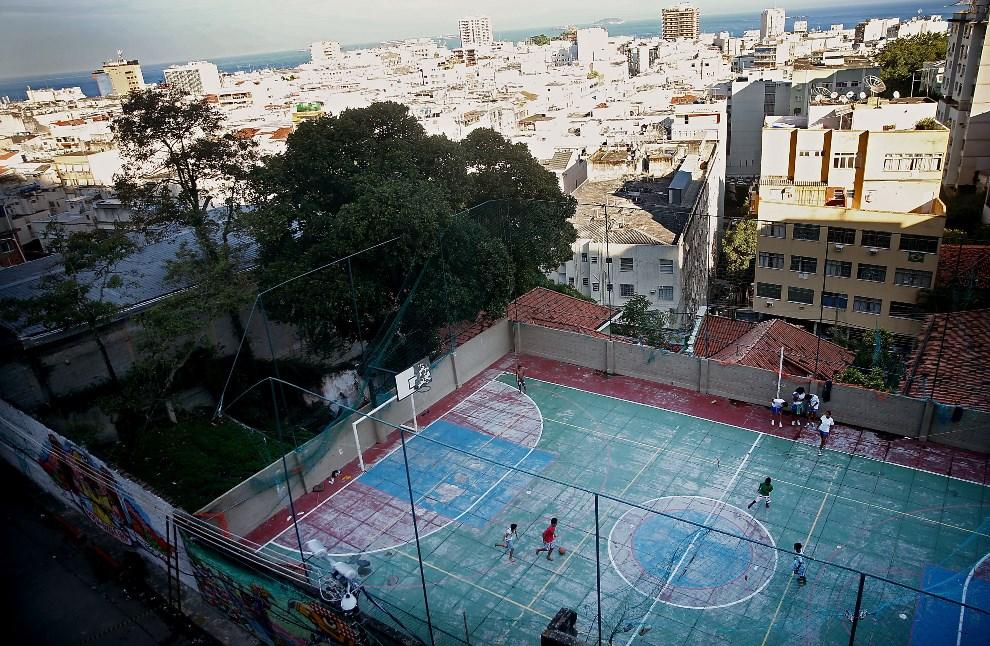 12.BRAZYLIA, Rio de Janeiro, 26 maja 2014: Boisko w spacyfikowanej faweli Pavao-Pavaozinho. (Foto: Mario Tama/Getty Images)